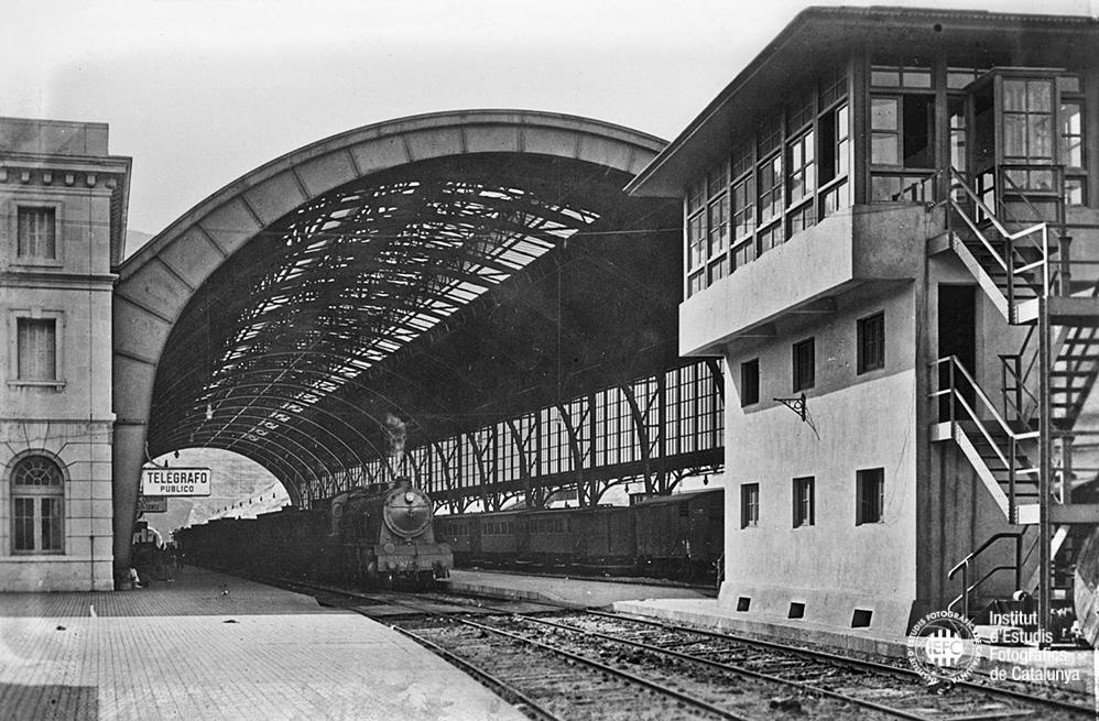 La grand canopée de fer de la gare de Portbou
